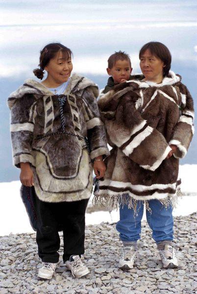Inuit in abiti tradizionali - Fonte: Wikimedia - Autore: Ansgar Walk