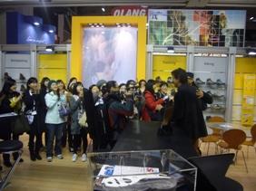 Lorenzo Delladio accoglie nello Stand lee ragazze di un istituto coreano di design