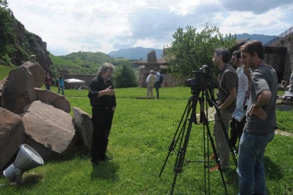 Andrea Bianchi e Matteo Menapace di Mountainblog nel corso di un'intervista a Messner - 2013 - foto Daniele Panato