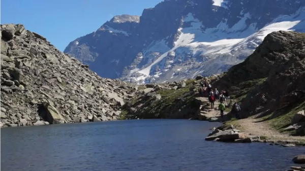 A piedi tra le nuvole - escursionisti nel Parco del Gran Paradiso - fonte: www.youtube.com
