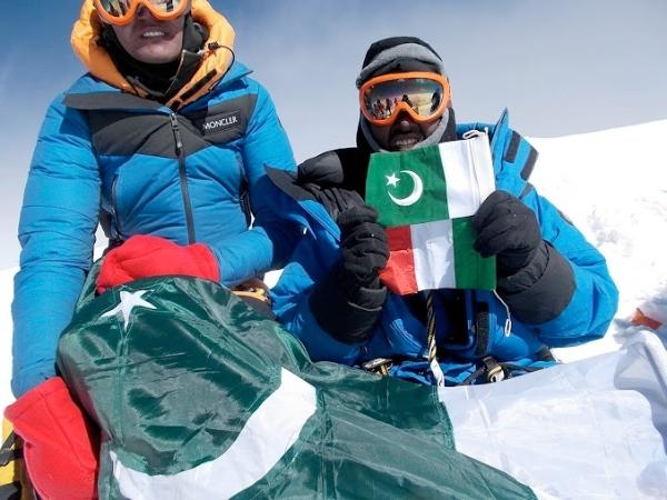 Bandiere italiana e pakistana in vetta al K2, 26 luglio 2014 - Foto: Tamara Lunger