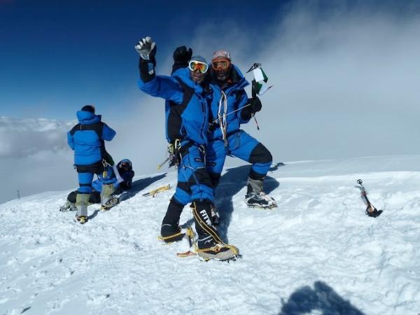 Michele Cucchi e Hassan Jan in vetta al K2. Foto: Klaus Gruber. Fonte: EVK2CNR