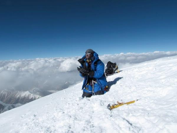 Preghiera in vetta al K2. Foto EVK2CNR