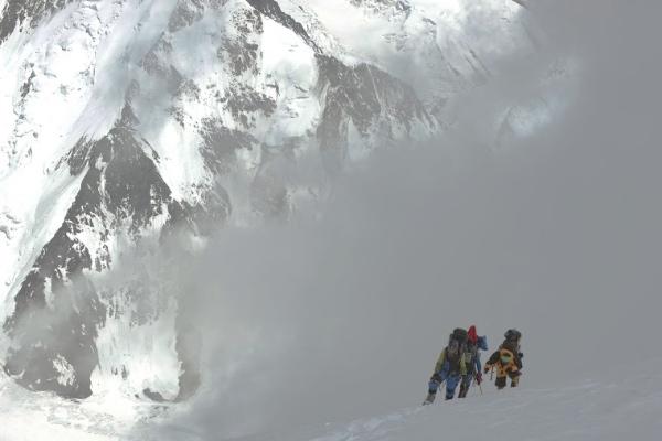 Salendo il K2, tra le nubi. Foto: Daniele Nardi -  EVK2CNR