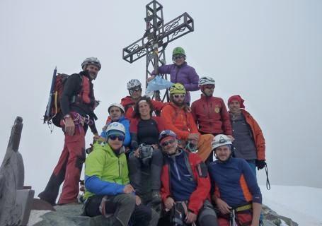 Il gruppo che ha accompagnato i due non vedenti, fotografato in cima al Monviso. Fonte: www.lastampa.it