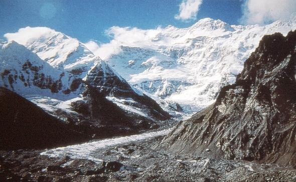 Pang Pema sovrastato dal Kangchenjunga (8586 m). Fonte Italo Zandonella Callegher