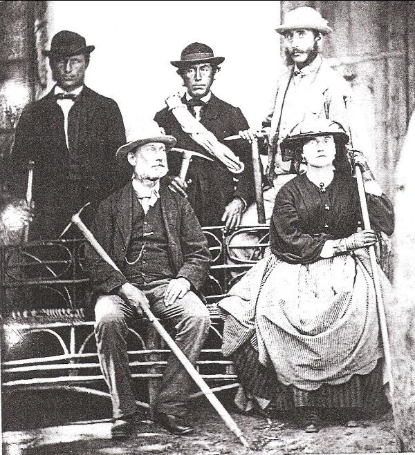 1871: ritratto di Lucy Walker, seduta con suo padre Frank Walker, e (in piedi, da sinistra a destra), uno sconosciuto, Melchior Anderegg, e Adolphus Warburton Moore.