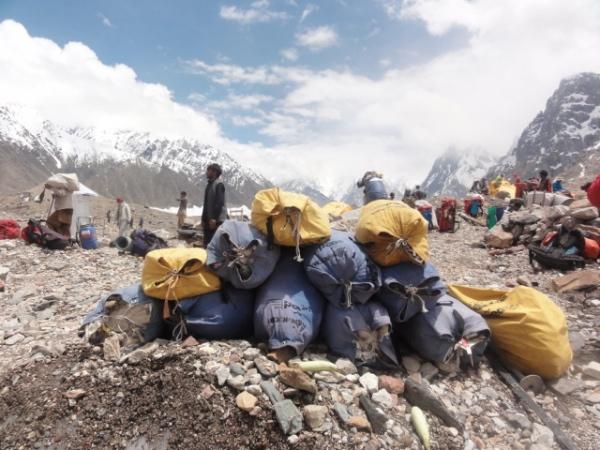 rifiuti raccolti accumulati in attesa del trasporto a valle. Foto archivio EVK2CNR