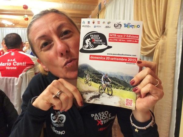 Lorenza Menapace con la locandina della prima edizione della GranFondo PBX
