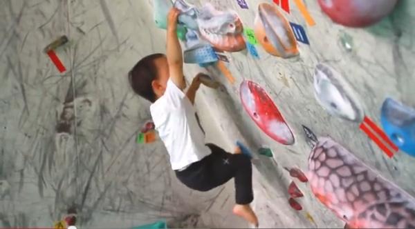 Shimane mentre arrampica in palestra. Fonte: www.youtube.com