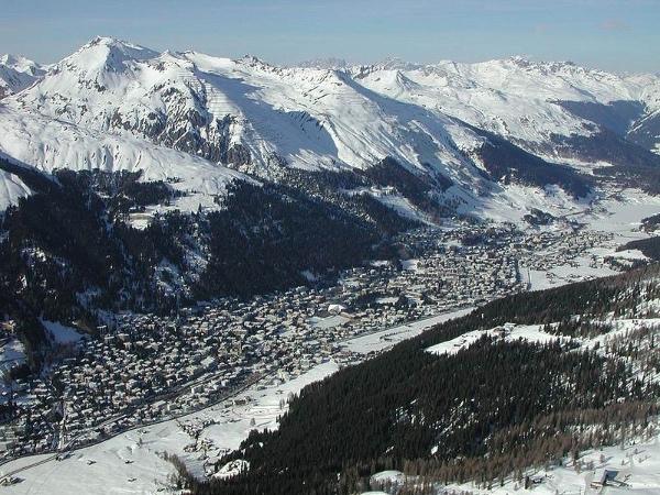"""Davos, la località delle Alpi svizzere dove è ambientata """"La Montagna Incantata"""" di Mann. Fonte: it.wikipedia.org"""