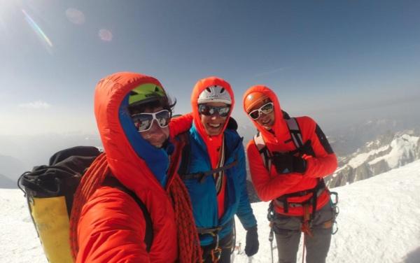 I tre alpinisti sulla cima del Monte Bianco. Fonte: press Ragni Lecco