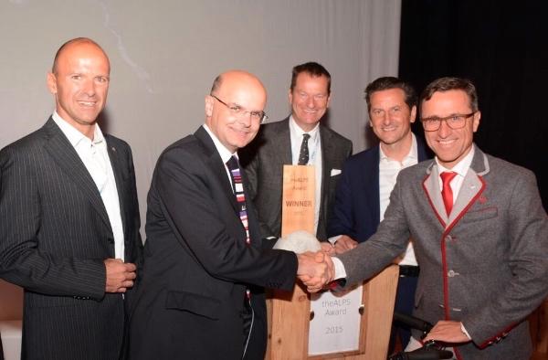 Gerhard Vanzi stringe la mano a Josef Margreiter (dx), presidente The Alps Award. Foto: Pro.Media