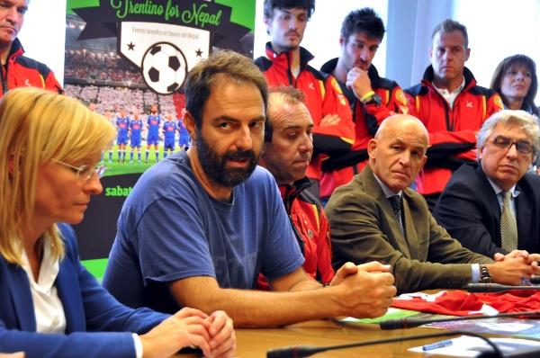 Neri Marcorè alla presentazione dell'evento. Fonte: www.nazionalecantanti.com