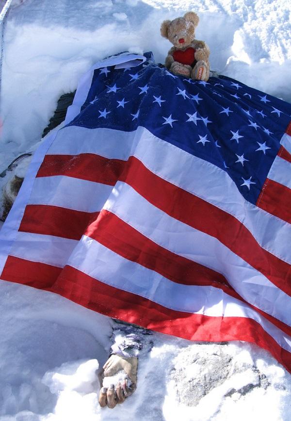 Il corpo di Francys Arsentiev coperto dalla bandiera americana
