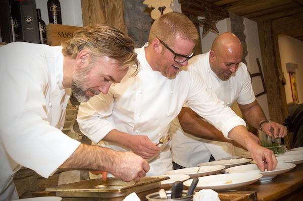 I tre chef inglesi danno gli ultimi ritocchi ai piatti durante la cena presso il ristorante La Chaumière. Foto: www.red-photographic.com.