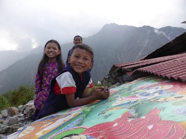 Bambini di Simigao tra le rovine del Tempio. Fonte: press Parco Gran Sasso - Laga