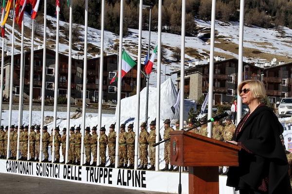 Il Ministro della Difesa ai Campionati Sciistici delle Truppe Alpine 2016, Sestriere. Fonte: Esercito.