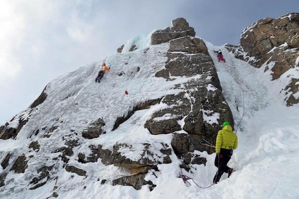 Guide Alpine Lombardia: prova di ghiaccio durante ammissioni 2014 al Passo del Tonale (BS). Foto: J. Merizzi.