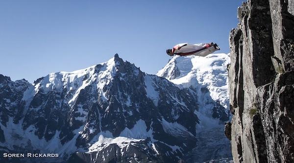 Tancrède Melet in tuta alare sulle Alpi. Foto: Soren Rickards. Fonte: pagina facebook Melet