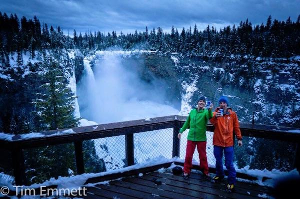 "Klemen Premrl e Tim Emmett a Helmcken Falls, festeggiano la salita di ""Interstellar Spice"". Foto: Tim Emmett. Fonte: pagina Facebook Emmett"