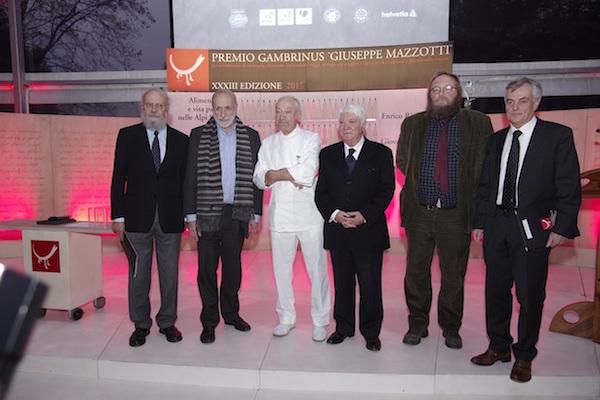 Premio Gambrinus, finale 2015. Da sinistra: Enrico Rizzi, Carlo Petrini, Adriano Zanotto, Ulderico Bernardi, Giovanni Kezich, Carlo Favero. Fonte: press Gambrinus