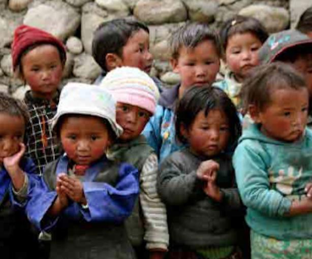 Bambini nepalesi. Fonte: locandina CAI Montebelluna 2016