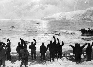 Shackleton fa ritorno sull'isola Elephant il 30 agosto 1916 ed apprende che tutti i 22 uomini rimasti sono sopravvissuti.