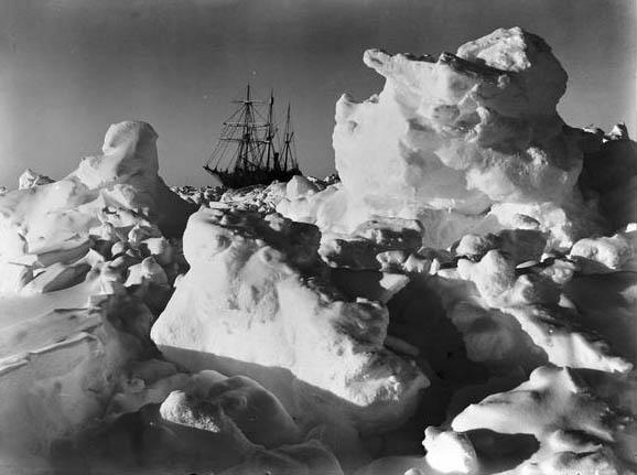 La Endurance intrappolata fra i ghiaccio dal 19 gennaio 1915