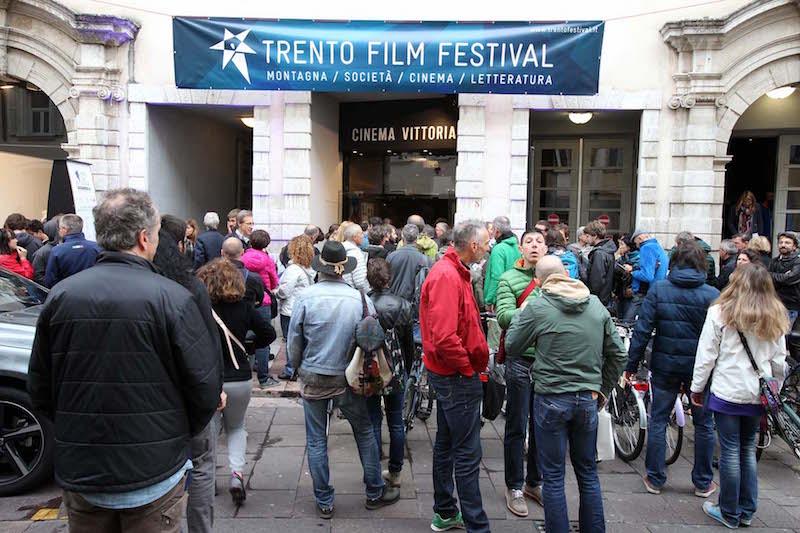 64° TFF, spettatori in attesa al Cinema Vittoria
