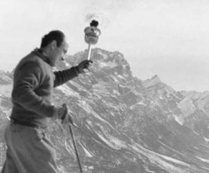 Zeno Colò con la torcia olimpica entra a Cortina, 1956