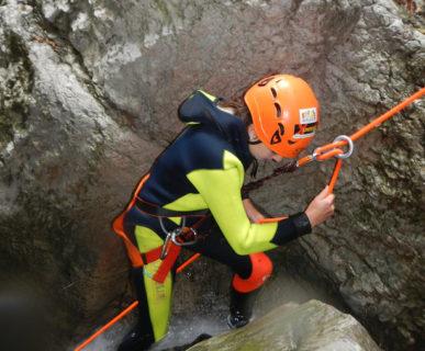 Corde, imbraghi e discensori sono fondamentali nel canyoning. Foto: Guide Alpine Italiane