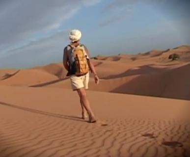 Carla Perrotti nel deserto del Marocco. Fonte: www.youtube.com