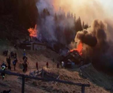 Il Rifugio Tonini in fiamme, 28 dicembre 2016. Foto: Alberto Ghezzer