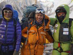 Alex Txikon (dx)  e compagni al C3 durante la salita invernale, senza ossigeno, dell'Everest. Foto: arch. A. Txikon