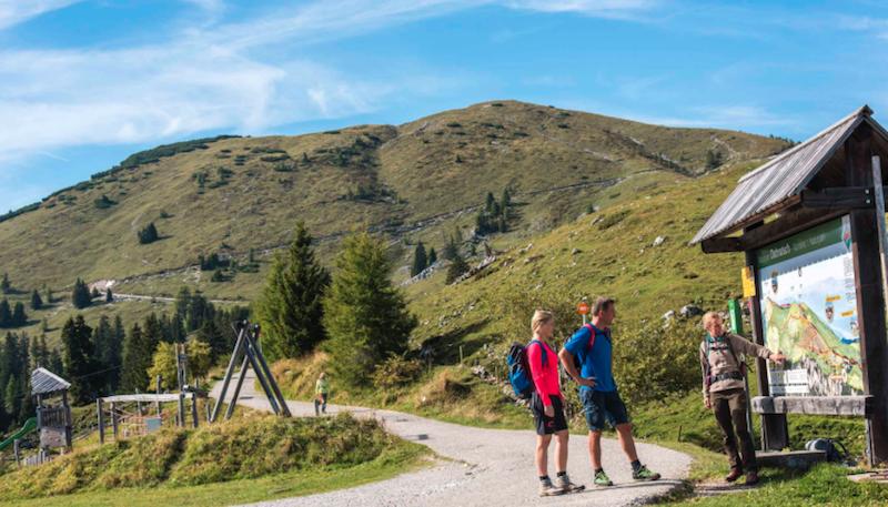 Escursionisti nel Parco Naturale del Monte Dobratsch